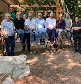 Mitglieder des Rotary Clubs Darmstadt-Bergstraße bauen gemeinsam mit Stadtkämmerer Schellenberg Pergola im Zoo Vivarium auf