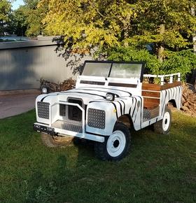 Aufgearbeiteter Jeep als neue Besucherattraktion im Zoo Vivarium