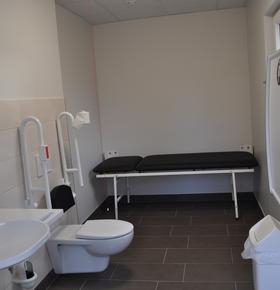Neu im Zoo Vivarium: Barrierefreie Toilette mit Liege