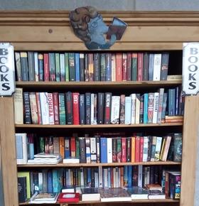 Offener Bücherschrank auf dem EAD-Recyclinghof