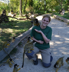 Tierpflegerin im Zoo Vivarium